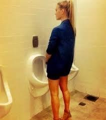 imagen del contenido Bar Refaeli hace 'pis' en el baño de hombres