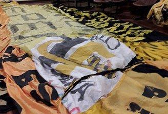 Integrante de la seguridad de Nacional procesado por desplegar bandera de Peñarol en el Parque Central