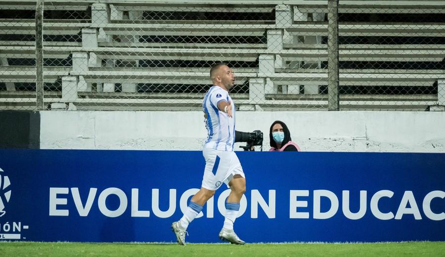 imagen de Peñarol no pudo sostener una ventaja de dos goles y terminó empatando con Cerro Largo 2-2