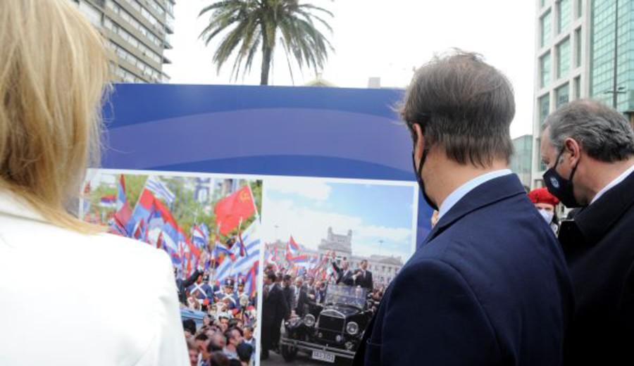 imagen de Lacalle Pou con Carolina Cosse en inauguración de muestra en homenaje a la democracia