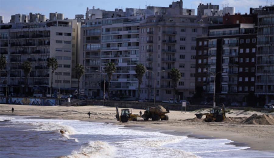imagen de Trabajos en playa Pocitos para evitar la fuga de arena