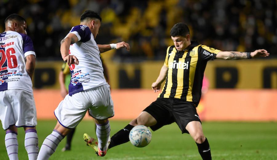 imagen de Peñarol empató 0-0 ante Fénix, con un claro error arbitral que no pitó un penal que pudo cambiar el partido